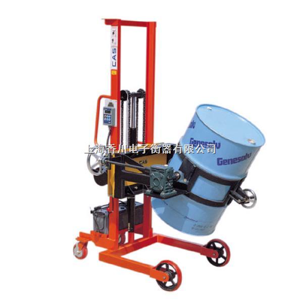 TCS-L倒桶车秤,也称为:手动液压油桶搬运车秤,它由倒桶车及2只高精度称重传感器和高分辨率交直流两用称重显示仪表等组成。倒桶车采用槽钢门架,耐磨尼龙脚轮,结构表面防锈烤漆,可以轻度防止化学原料和水分对结构的腐蚀。油桶被夹抱提升后,可以在空中做大于180度的翻转或停留等动作,并可将油桶装卸于汽车、堆垛。手动液压油桶搬运车设计新颖,结构紧凑,轻巧灵活。主要适用于工厂车间,仓库,油库的油桶装卸、搬运、堆垛等。特别适用于化工,食品车间倒料或配料使用。选配本安防爆称重仪表及其他组件,可组成防爆型倒桶车秤。